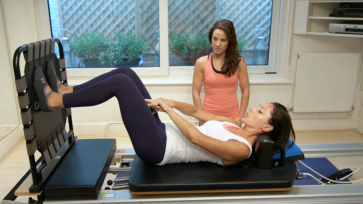 Explaining how to jump correctly on the Cardio-Tramp